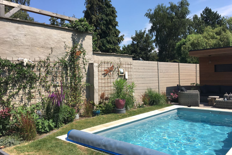 garden with swimmingpool