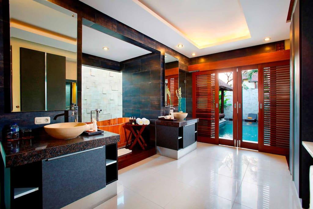 Modern, Gorgeous Bathroom with Beautiful bathtub