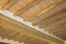 Soffitto in travi fatte ad ascia - Ceiling with beams made to ax