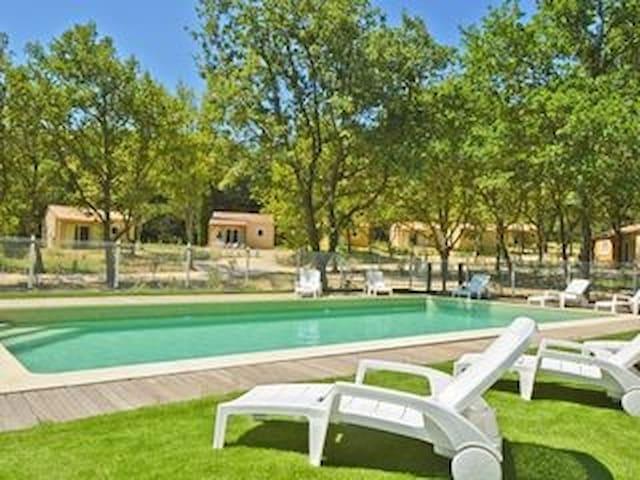 vue piscine et domaine