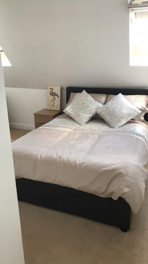 Cosy large double bedroom in clean and bright flat
