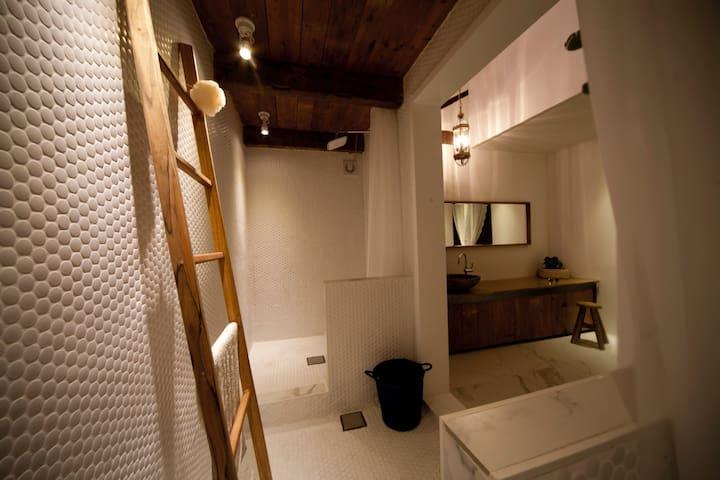 샤워실과 toilet은 분리되어 있습니다.