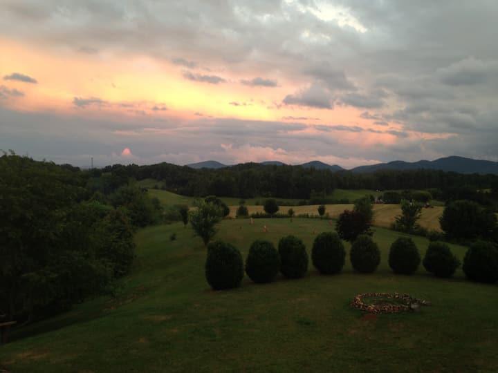 ~Brittany's Mountain Retreat~ Private Bed & Bath