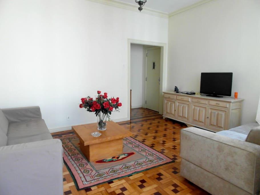 Sala de estar confortável, com TV