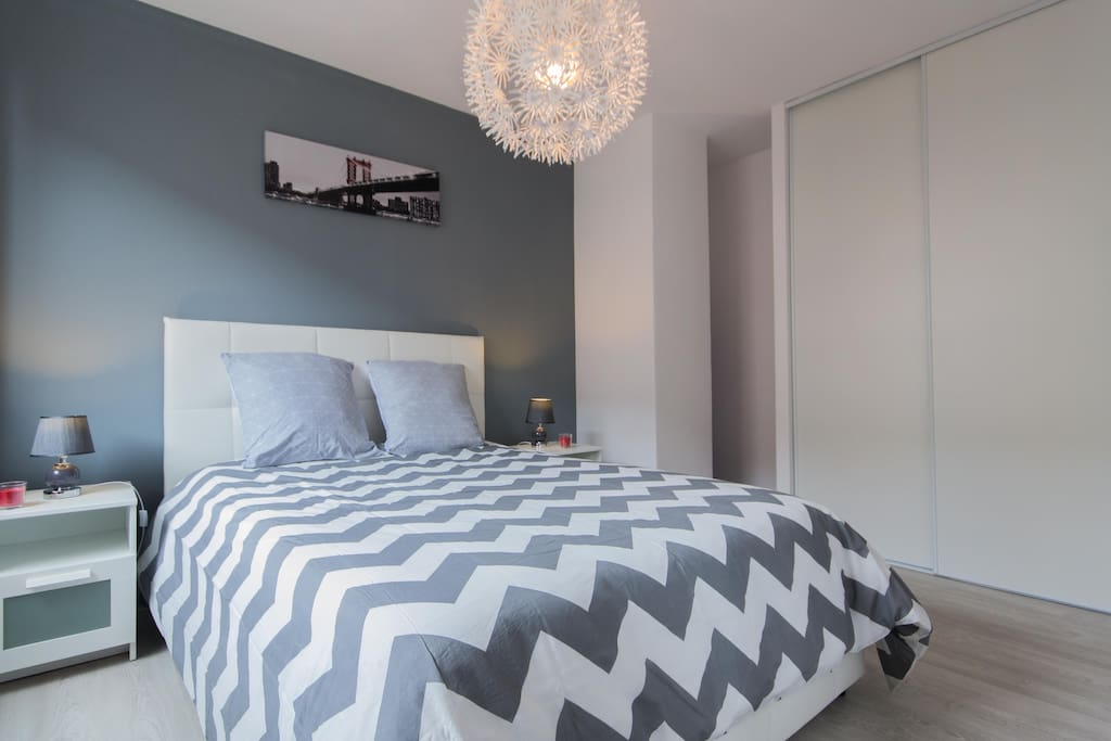 La chambre et son très confortable lit 140x190cm avec matelas BULTEX de 19cm d'épaisseur
