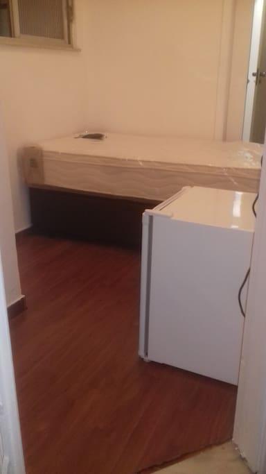 Quarto novo, todo reformado, cama box, frigobar, wi-fi e banheiro privativo. Lindo!