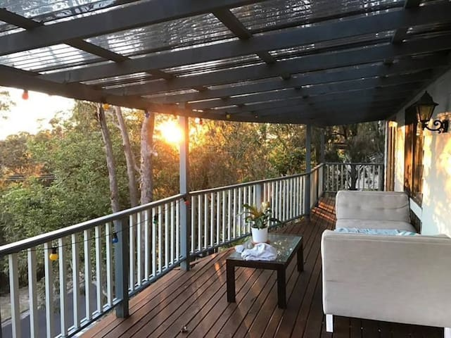 Pet Friendly TreeTop Hideaway, Close to the Beach!