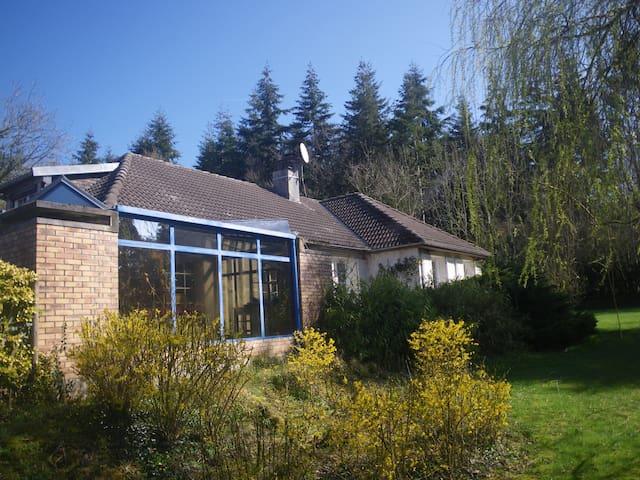 Maison familiale avec sauna et piscine en saison - Fervaques - Huis