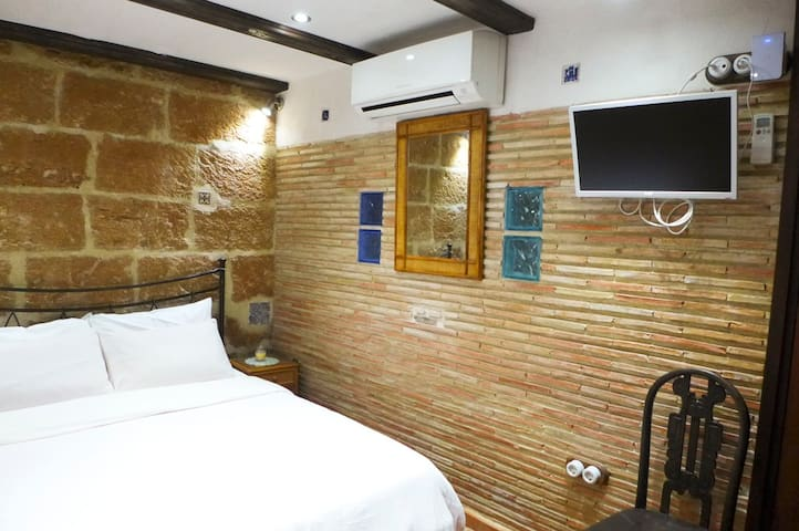 Ensuite Room in historic Tosca House with A/C & TV