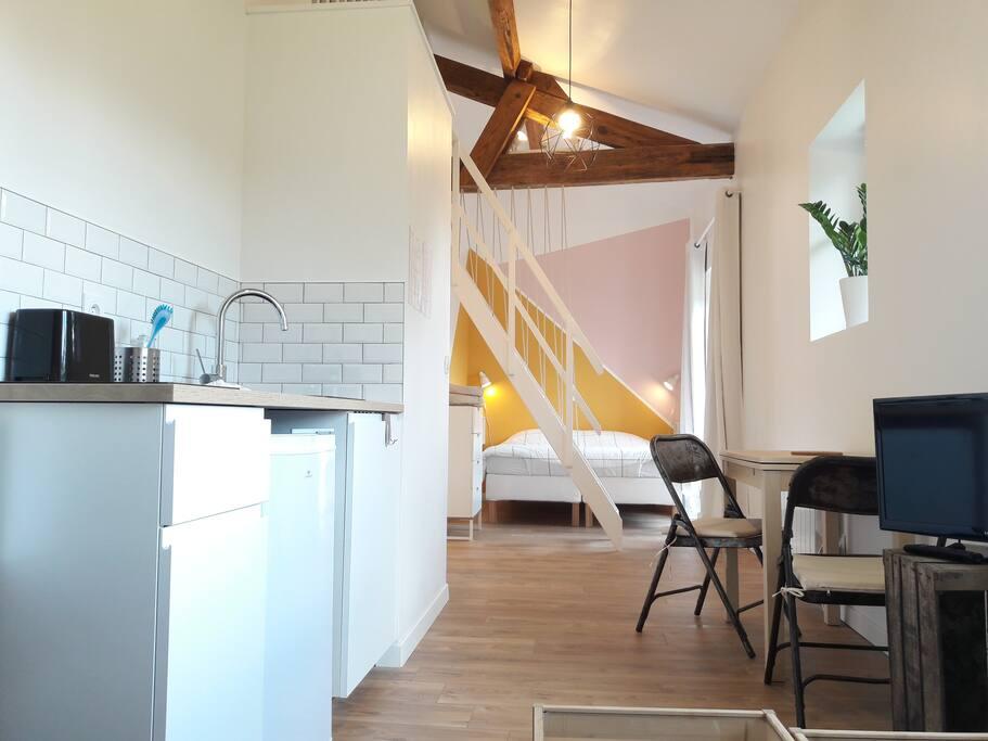 Loft entièrement équipé, kitchenette, salon et lit double ferme 160x200 + 1 lit simple et 1 lit bébé sur la mezzanine