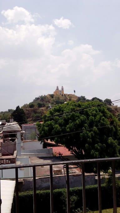 Vista de la pirámide junto con la iglesia de la virgen de los remedios