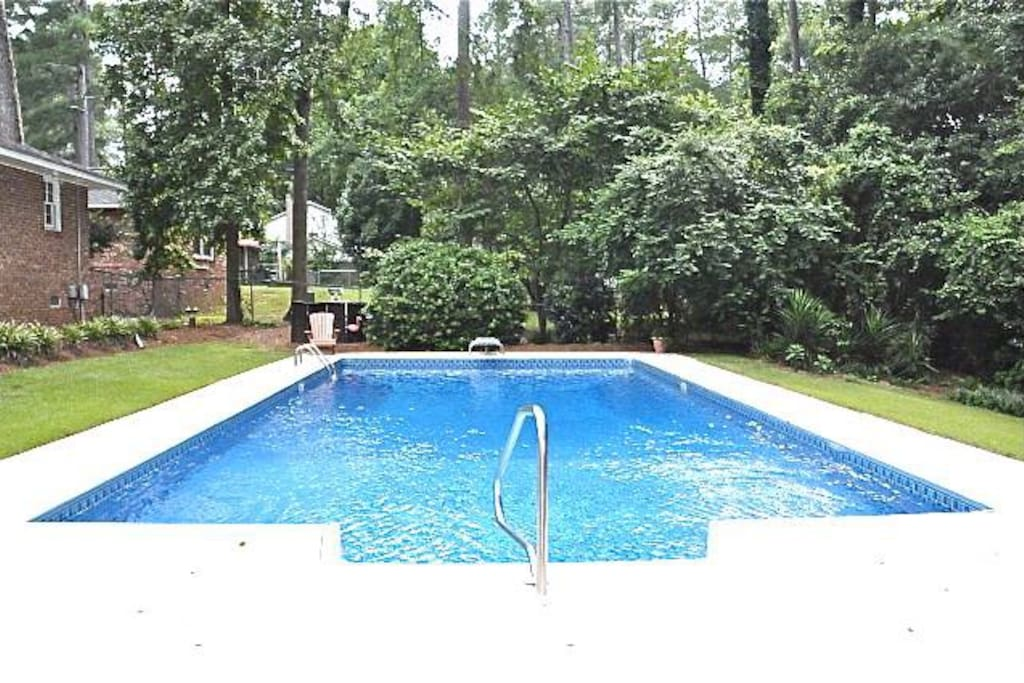Large pool! Dive in!