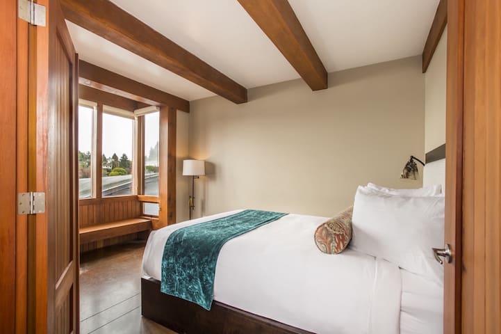 Second bedroom - queen Bed with window seat