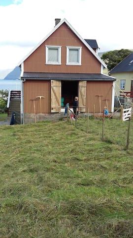 """Ældre hus - afslappet og """"ufint"""". - Funningur"""