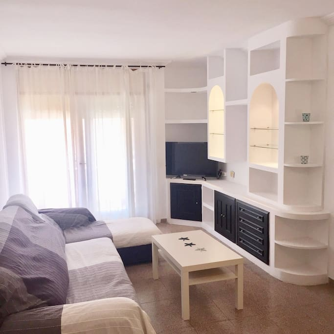 Salón luminoso con zona exterior, se puede añadir cama supletoria
