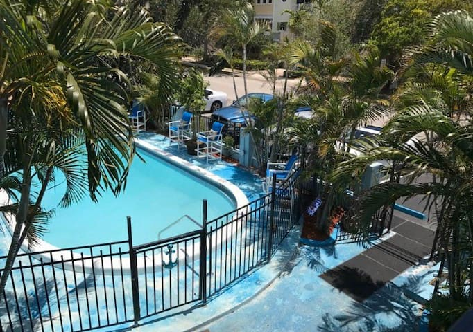 Home away from home~ sleeps 4🏡 with Pool🌴🌞🏖view