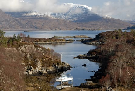 Cottage with stunning sea loch & mountain views - Plockton