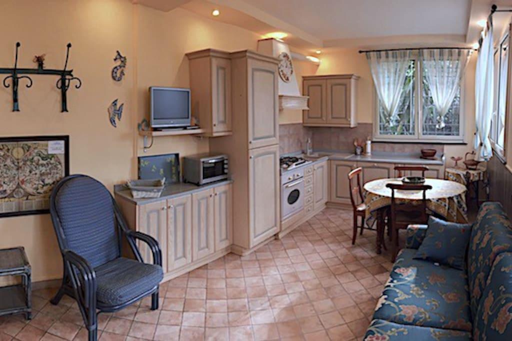 Camera Blu con cucina completa, tavolo pranzo, divano letto matrimoniale, vista mare e giardino