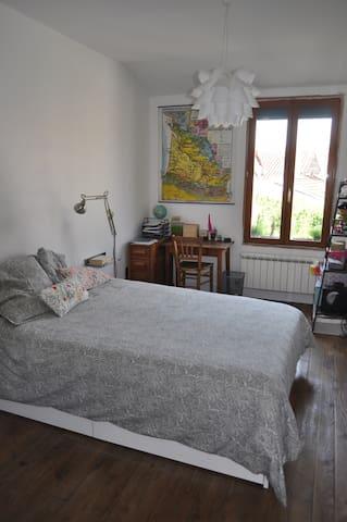 Chambre et salle de bain privée, parking gratuit - Bordeaux - House