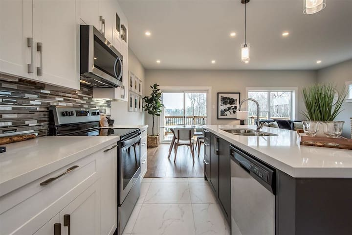 Private suite in brand new townhouse- Larry Uteck