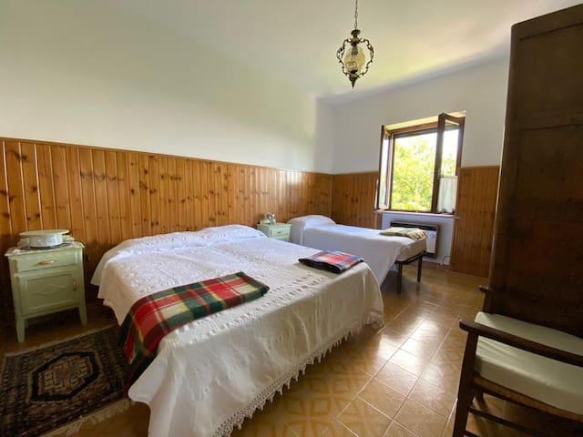 Camera matrimoniale più letto singolo, riservata agli ospiti