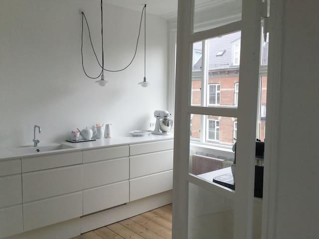 Bright, cozy apartment with bathtub and free bikes - Kopenhagen