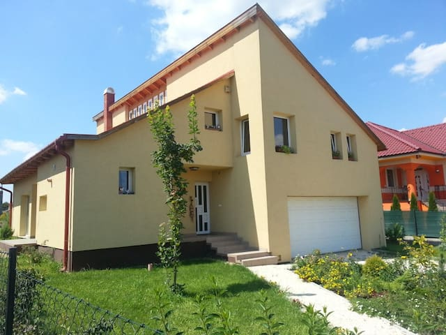 Excellent room 20 minutes from Budapest - Herceghalom - Huis