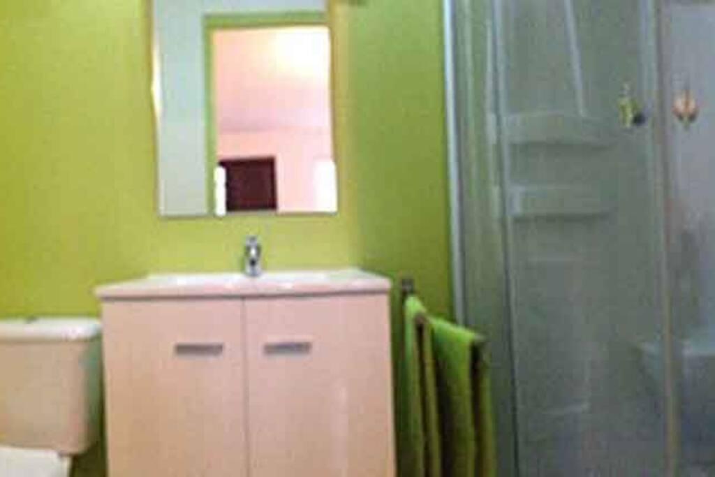 Salle de bain, lavabo sur meuble, WC