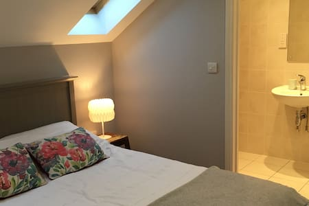 Lovely bright eaves room in cheerful house - 伊普斯威奇(Ipswich) - 独立屋