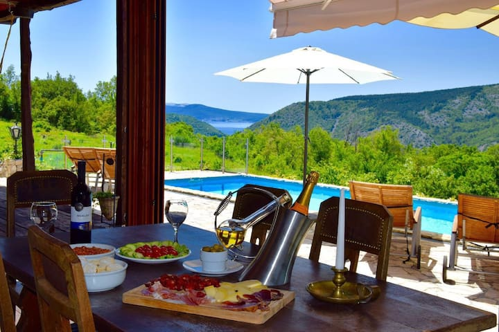 Exceptional stone house with pool ,outdoor jacuzzi and wellness. Amazing  view !