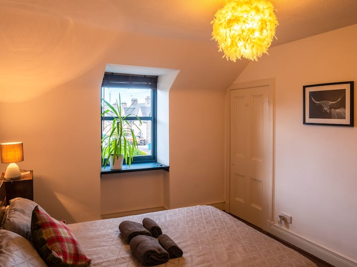 Large double bedroom in the heart of the Highlands