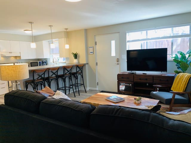 Modern & Chic Condo in the heart of Old Town