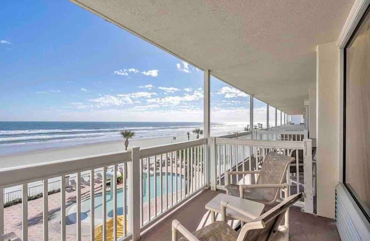 *Hear the Ocean waves in Adorable Beachside Condo*