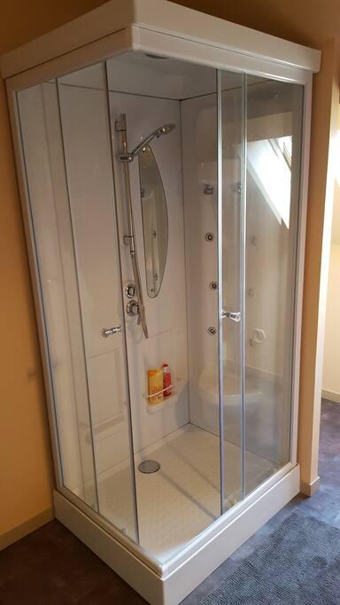 une salle de bain refaite à neuf avec cabine de douche multijets