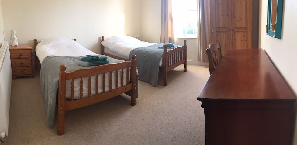 Twin room, friendly home near City, Solihull, NEC