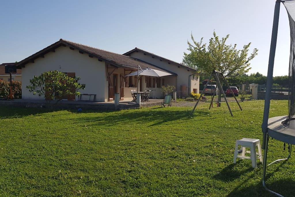 jardin avec trampoline et balançoire