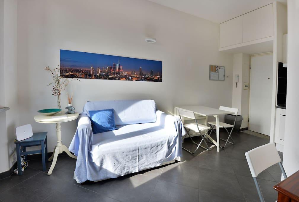 wi-fi divano vista soggiorno con tavolo allungabile