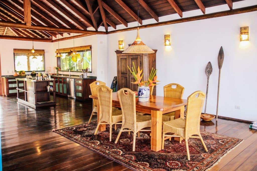 Sala com mesa de jantar