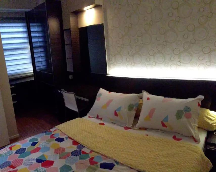 Queen Bed (Room 1)
