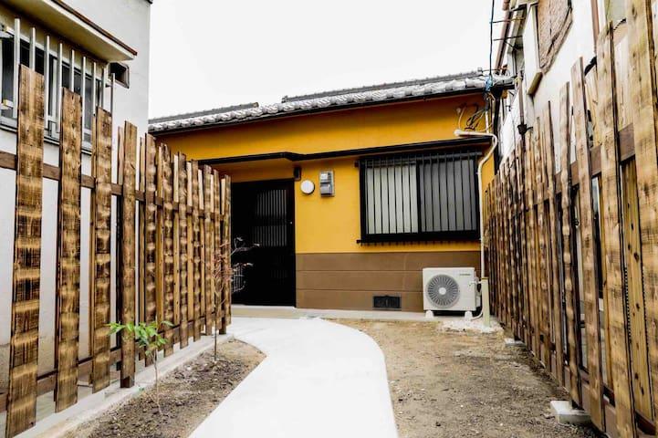 Tsuruhashi station(鶴橋駅). 3 rooms!