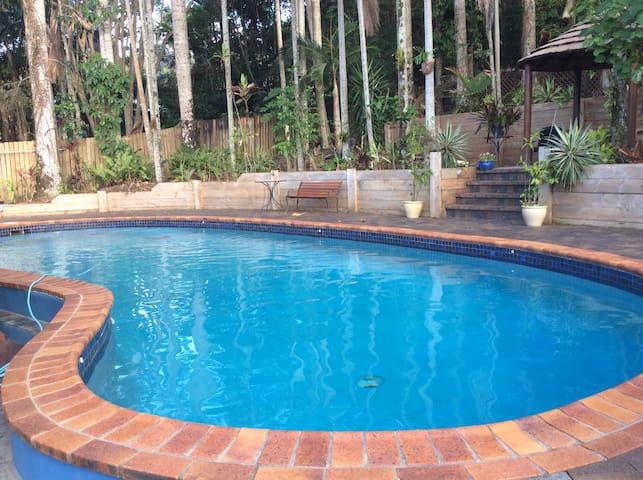 Beautiful Queenslander Near Gardens