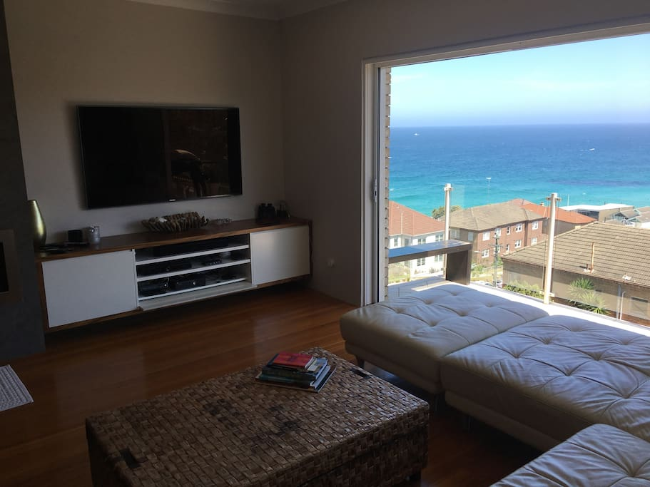 Lounge room with views. Nicely equiped with TV/Netflix/Cable/AppleTV/XBox/Sonos