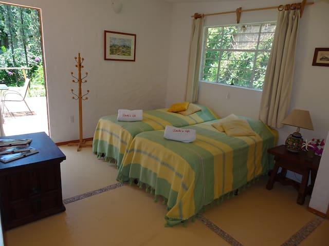 Casa principal. Cuarto número cuatro. Baño privado en la habitación. Room 4 Main house. Private bathroom.