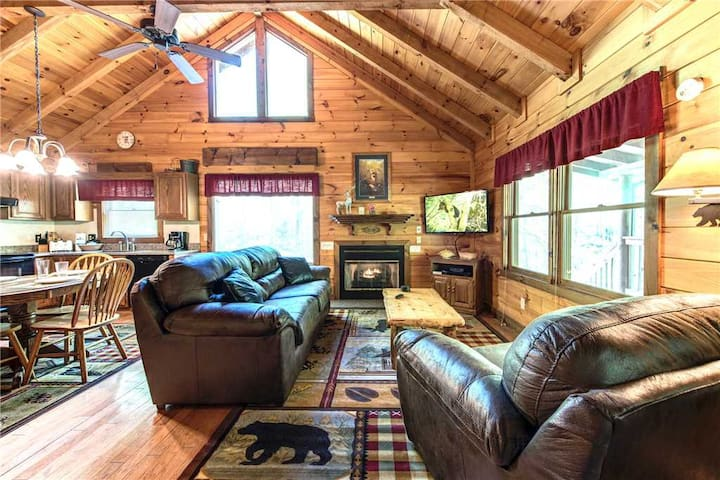 Fawn Cabin, 1 Bedroom, Sleeps 4, Hot Tub, Private, Pets, Gas Fireplace