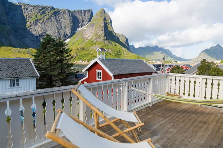 The Purple Room - in the heart of Reine!
