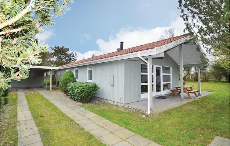 Holiday cottage with 4 bedrooms on 102 m² in Væggerløse