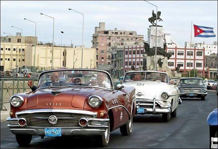 """Nuestra Habana con sus emblemáticos """"Almendrones"""" , (autos clásicos de fabricación americana , de los años 50 que todavía en la actualidad mantienen su glamour y confort) que te harán disfrutar de un paseo inolvidable por toda nuestra ciudad."""
