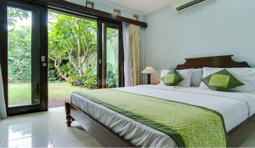 Guest cottage - bedroom with ensuite bathroom