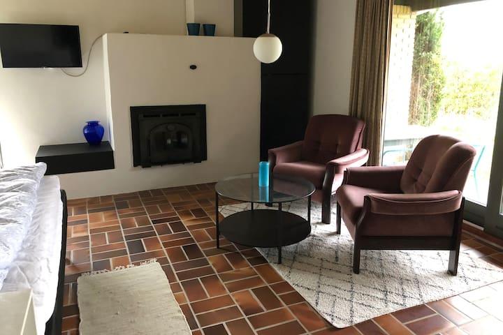 Dejligt, lyst værelse med adgang til have.