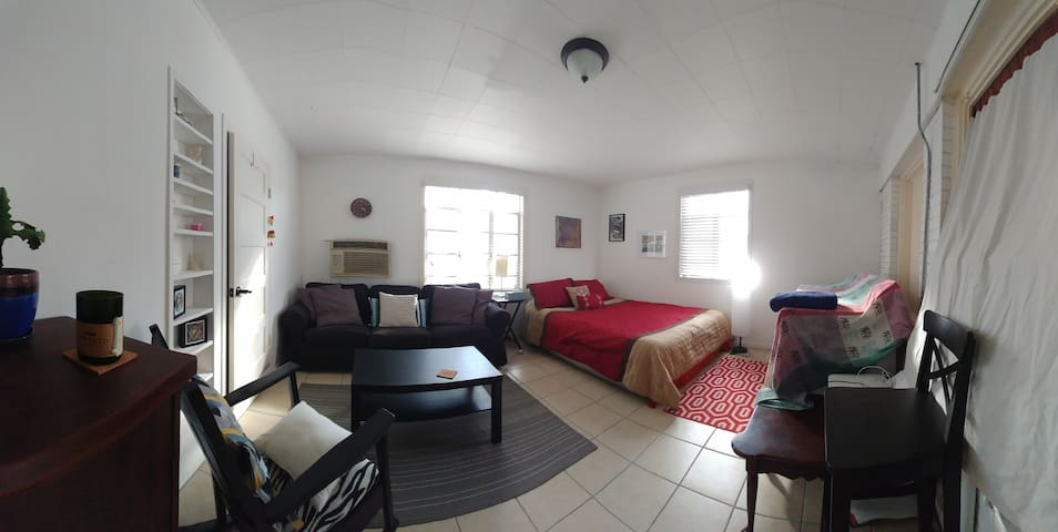 Cozy private room near Rice Village